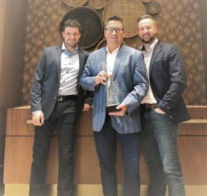 L'équipe de Premier Tech avec leur trophée Fanuc